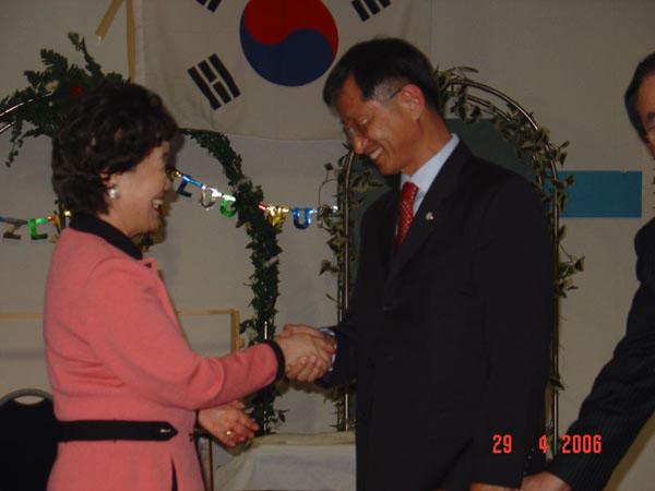 하영순씨와 안영국씨가 선거후 서로 웃으며 악수를 나누는 모습이 보기 좋았다
