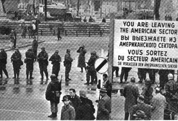 ◀미국관할구역과 동독간의 통과지점인 체크포인트 찰리 초소 건립당시의 모습. 유명한 경고문이 보인다.