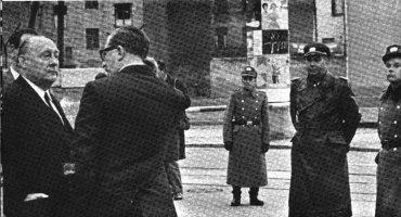 """◀초소설치 당시 이곳을 방문한 서독의 에른스트 레머 장관은 경비병들에게 """"그렇게 화난 듯 쳐다보지 마시오 그래도 우리는 모두 독일인 아니요""""라고 말했다."""
