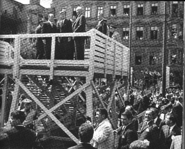 ◀ [63.6.26]체크포인트 챨리를 방문한 케네디의 모습.( 사진 가운데) 그의 오른편은 아데나워. 사진 가장 오른쪽은 당시 시장이었던 빌리 브란트.
