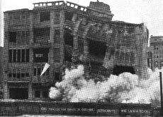 """소년을 저격한 사수들은 2시간후에 이 건물을 떠났다. 지켜보던 서베를린시민들이 """"살인자!""""라고 소리친다. 많은 탈주자가 연루된 이 건물은 나중에 철거된다."""