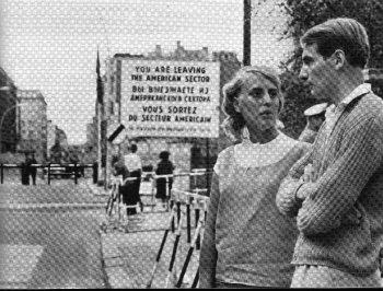 ◀ 슈퍼맨의 체크포인트 찰리 방문. 체크포인트 찰리는 유명인사가 단골로 방문하는 명소였다. 사진 왼쪽의 차단기가 보이는 곳이 찰리. 왼쪽으로 조금 더가면 북한대사관이었던 북한 무역대표부건물이 나온다.