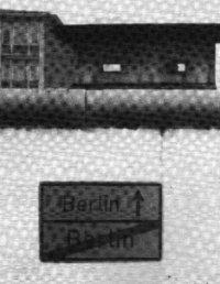 ◀ 장벽을 넘어가면 베를린이 있다. 여기는 더 이상 베를린이 아니다.